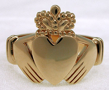 front view of gold Claddagh ring